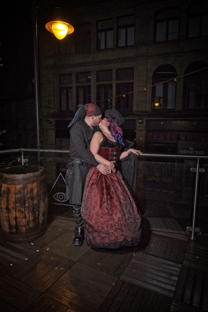 A kiss under the streelamp